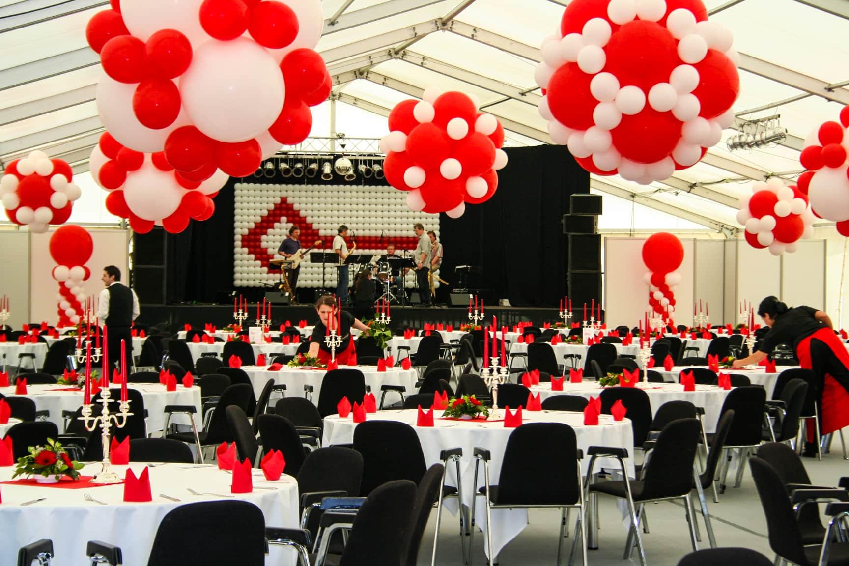 eventtalent zeltkonzert ballondekoration rote ballons weisse ballons